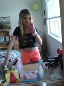 Summery outfit. Dark grey crop top: American Eagle. Coral shorts: Hollister.
